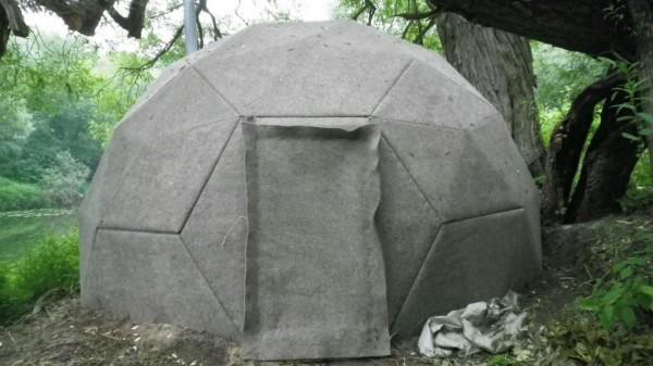 Обитая войлоком баня из самана в виде футбольного мяча доказывает, что форма построек из глины с соломой может быть любой.