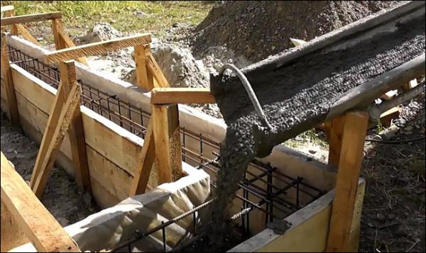 Опалубку заливают бетоном.