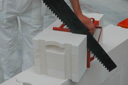 Пенобетонные блоки можно резать обычной ножовкой.
