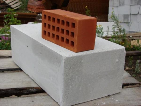 Пеноблок (снизу) и газосиликатный кирпич