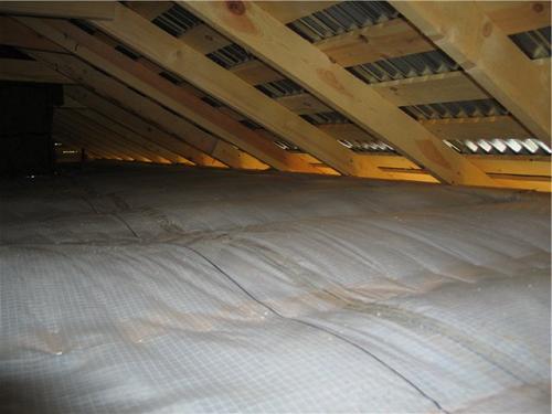 Перекрытие чердака теплоизолируют и покрывают слоем гидроизоляционного материала.