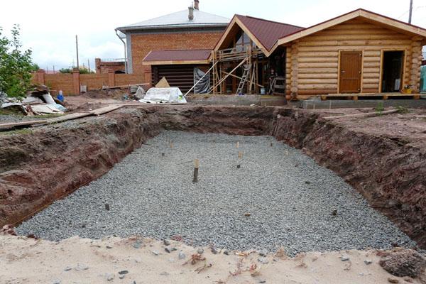 Под бассейном рекомендуется сделать песчано-гравийную подушку