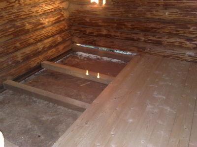 Под лагами бетонная стяжка