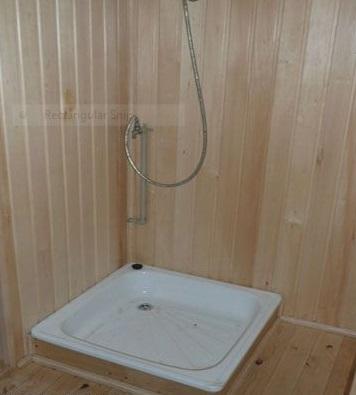Поддон, установленный в комнате для мытья