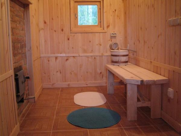 Пол из плитки органично сочетается с деревянной отделкой