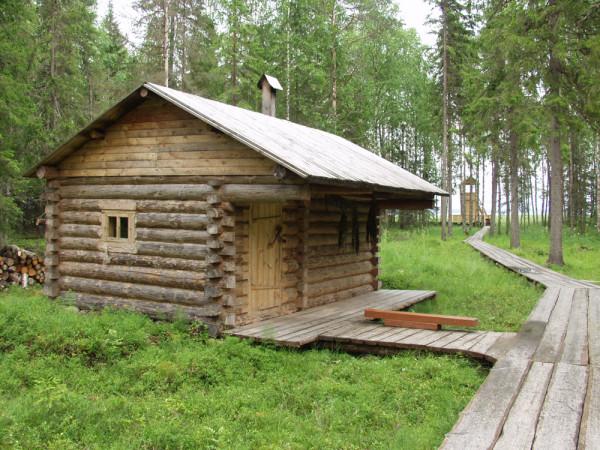 Помещение для бани строится из деревянных поленьев или из бруса.