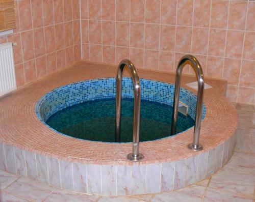 При создании бассейна не забывайте об удобном и безопасном спуске в воду