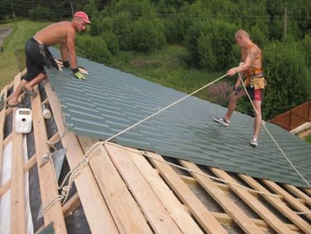 Простую двухскатную крышу зашивают профилем или металлочерепицей.