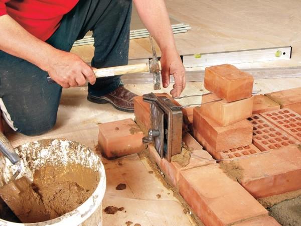 Процесс кладки кирпича требует аккуратности и внимательности