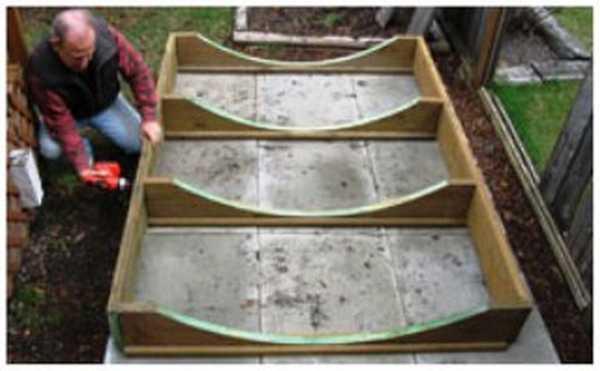 Процесс сборки опоры для бани-бочки.