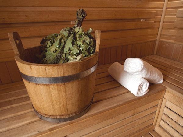 Размачивание веника в деревянной посуде