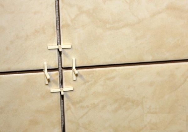 Размер шва выдерживается с помощью пластмассовых крестиков.
