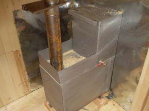 Самодельная металлическая печь для бани с баком для воды.