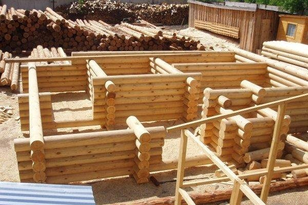 Сборка конструкции из бревен
