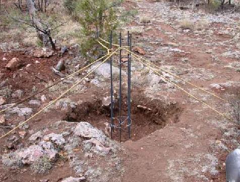 Сначала выкапывают ямы в проектных точках.