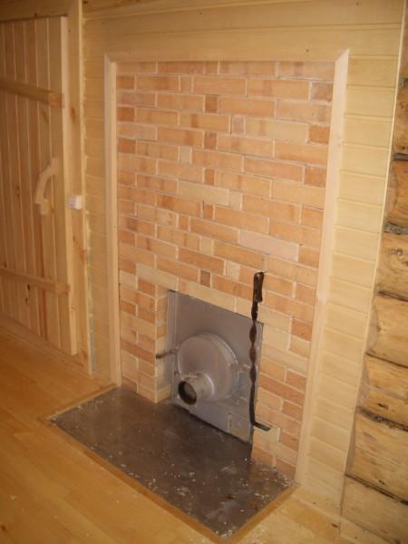 Стальной лист перед дверкой топки не даст отлетевшему угольку вызвать пожар.