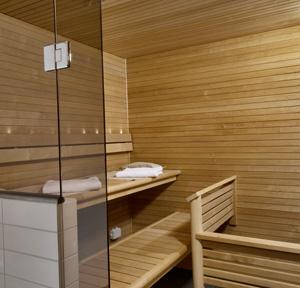 Стены, пол и потолок обшивают деревянной вагонкой.