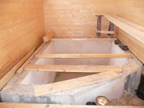 Стены сооружения лучше выложить из кирпича, либо залить цементной монолитной лентой