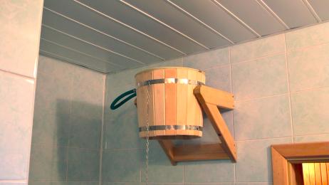 Стилизованное оборудование для принятия водных процедур в бане