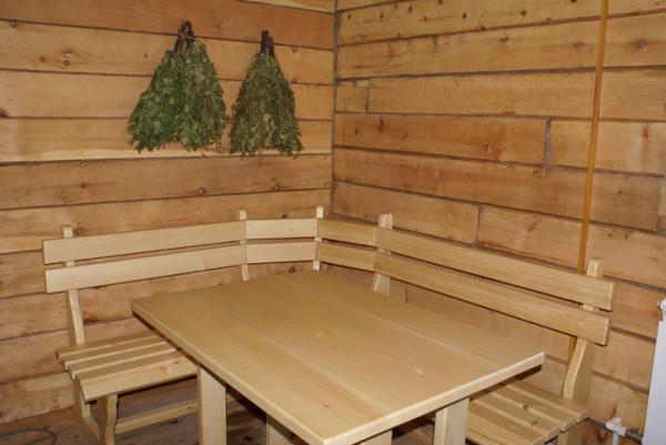 Стол и лавки – место для дружеских посиделок