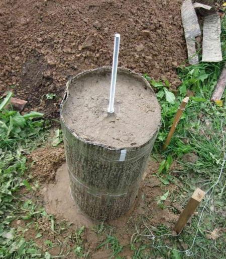 Столбик после заливки бетоном с закладной шпилькой