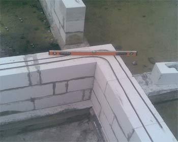 Строительство из блоков ячеистого бетона требует знания некоторых особенностей.