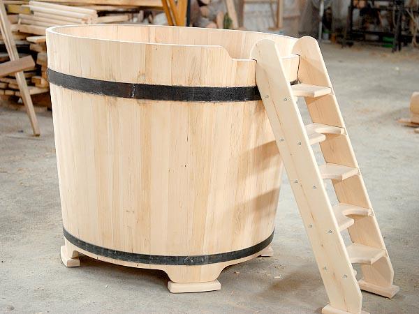 Традиционная круглая купель из дерева.