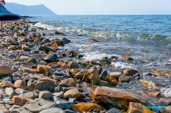 Целые каменные угодья на морском берегу
