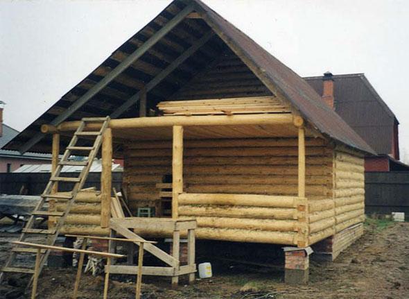 Установка крыши на банную постройку.