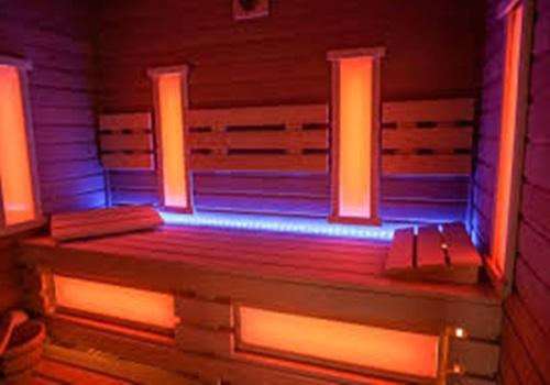 В кабинке находятся излучатели, которые направляют на человека ИК-лучи, нагревая ткани и кожу.