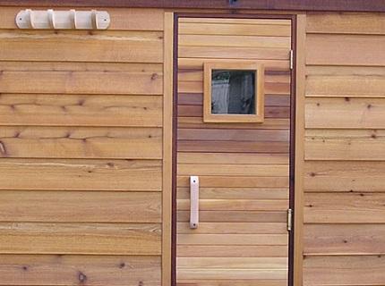 В целях безопасности, особенно, если в бане часто моются дети и пожилые люди, желательно установить герметичное окошко в глухое дверное полотно, ведущую в парное отделение.