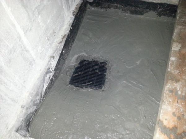 Внешний вид слива замурованного в бетонный пол с определенным наклоном