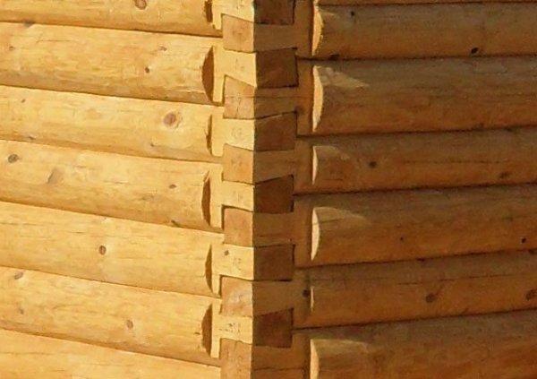 Внешний вид угла бани при строительстве в лапу