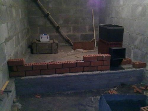 Возведение внутренней стены в полкирпича.