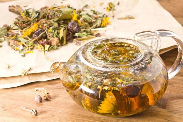 Запарить настой можно в обычном чайнике, как показано на фото