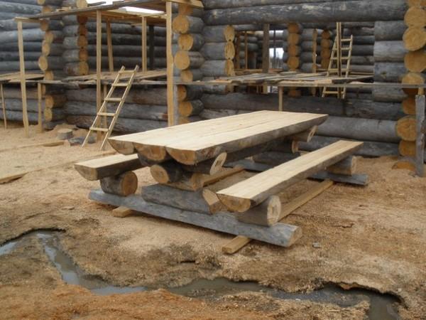 Баня из сухостоя – еще один вариант применения подручных материалов в строительстве.