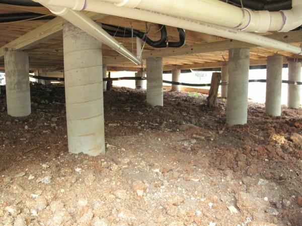 Баня, установленная на столбы – более удобный вариант для установки трубопровода