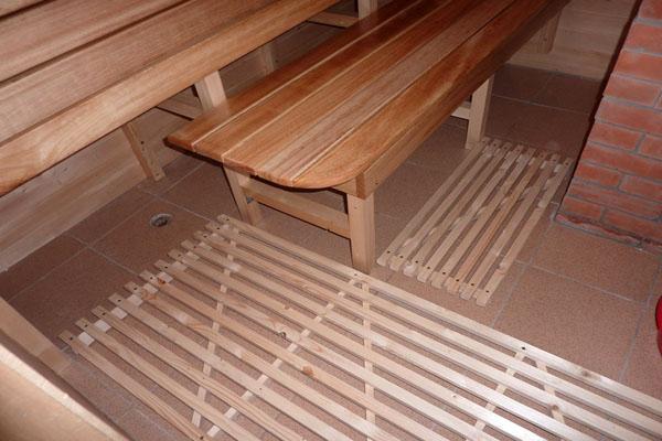Бетонный пол, отделанный керамической плиткой.