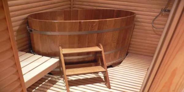 Демонстрируется деревянная купель, расположенная в углу.