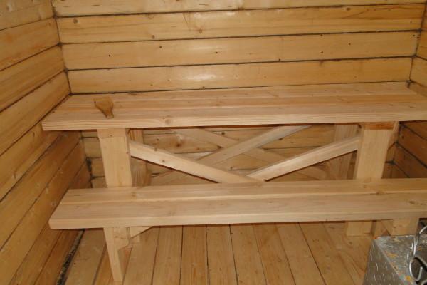 Деревенский стиль предполагает размещение здесь простых удобных лавок.