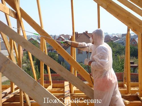 Для облегчения процесса нанесения состава на поверхность стоит использовать распылитель, а на небольших участках можно применять кисть или валик