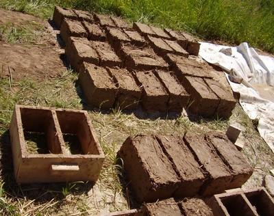 Для удобства саман укладывают в формы и делают строительные блоки.