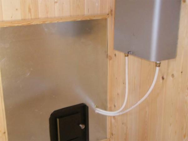 Дверь топки и бак с водой в отдельном помещении