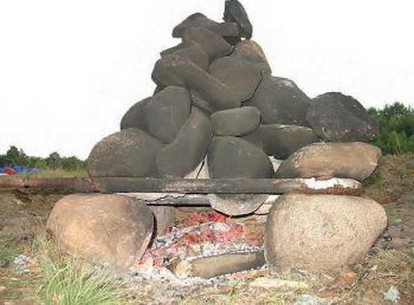 Если найдутся стальные трубы или другие элементы, очаг сделать гораздо проще