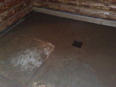 Если заливка была произведена правильно, то вода с поверхности должна поступать в трапы и сливные отверстия