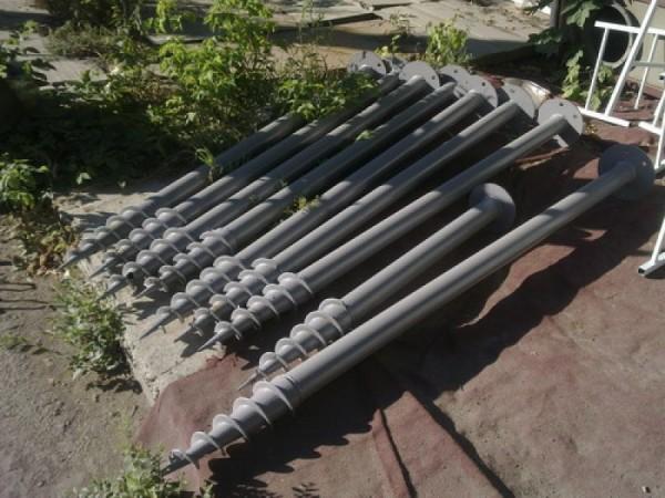 Эти «шурупы Гулливера» - элементы винтового фундамента.