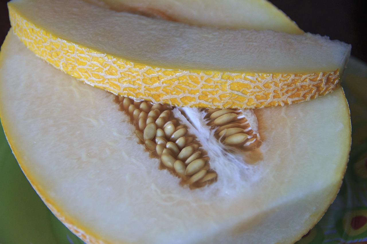 Самостоятельно дозревшая дыня имеет одинакового цвета мякоть