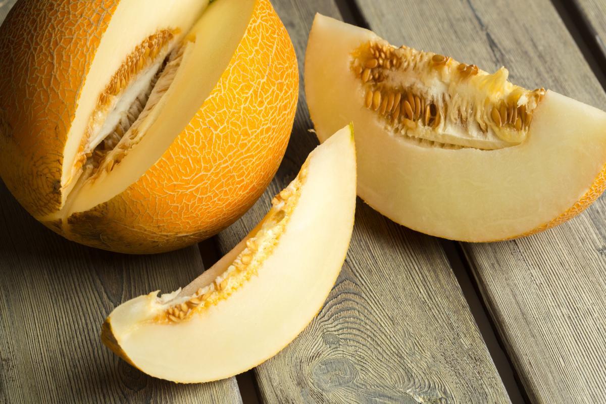 В спелой дыне семена желтого цвета, а в нитратной серого