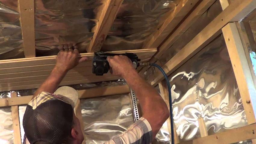 Внутри помещения монтируем слой паро- и гидроизоляции, поверх которого можно обшить вагокой