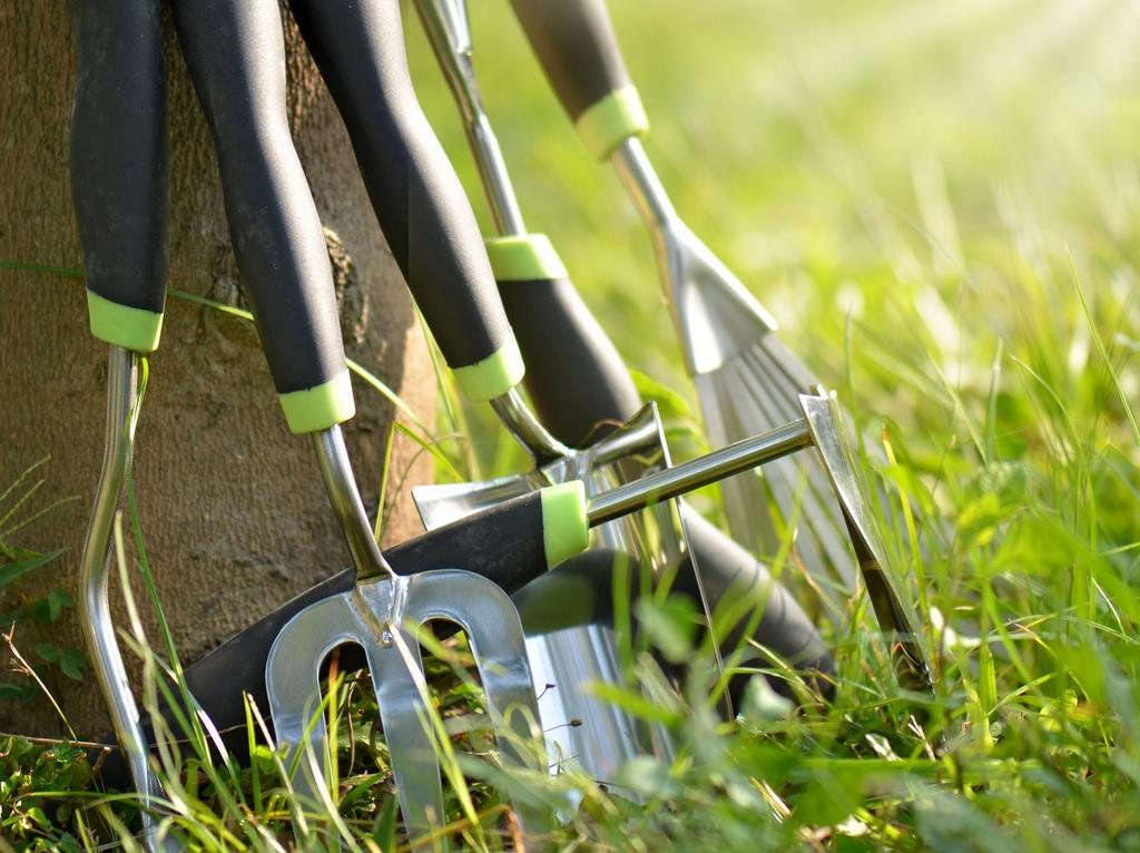 Вилы и лопаты для перекапывания огорода